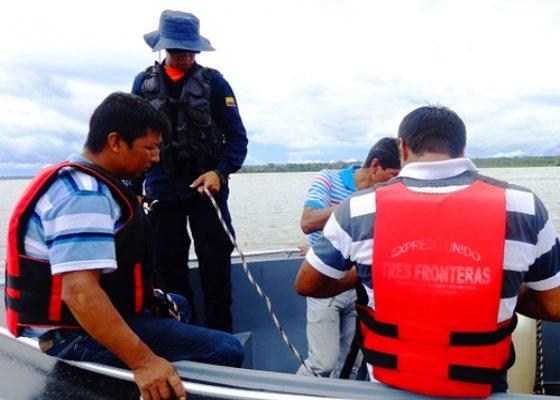 rescatados_turistas_extranjeros_naufragaron_rio_amazonas